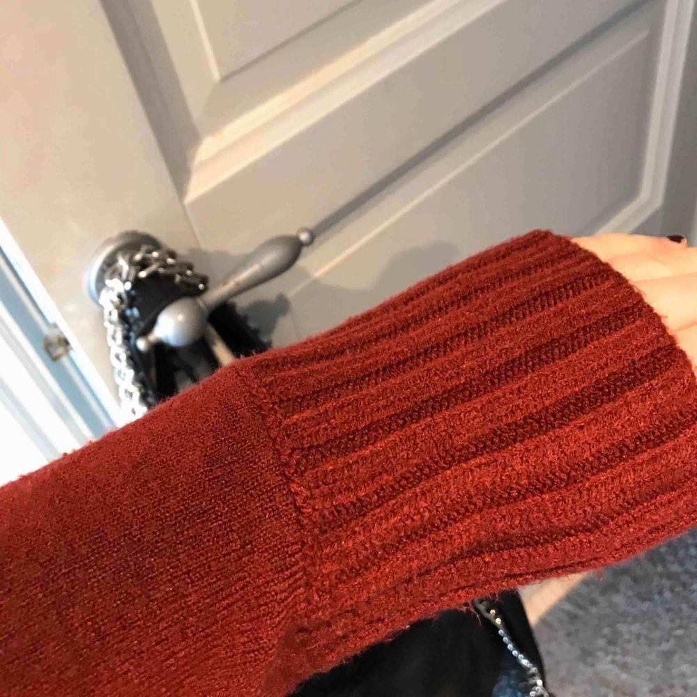 Sjukt snygg och mysig polo tröja 😍😍 som är bra skick och är stickad. Frakt tillkommer🦋. Stickat.