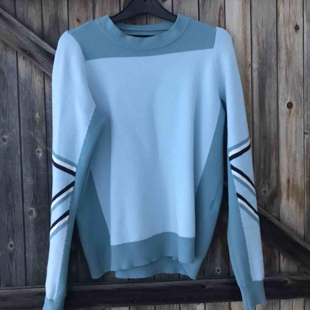 Snygg tröja från veromoda i väldigt gott skick! Säljer pga att jag lessnat på den😊 . Tröjor & Koftor.