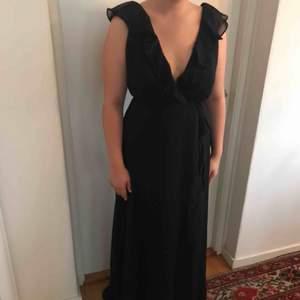 Jättefin svart balklänning, knytes själv så passar många olika storlekar. Endast använd vid ett tillfälle