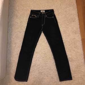 Eytys Cypress jeans i färgen Purple Velvet. Små i storleken, skulle säga att det mer är en 24. Halvår gamla i jätte fint skick. Kan mötas i Stockholm annars står köparen för frakt.