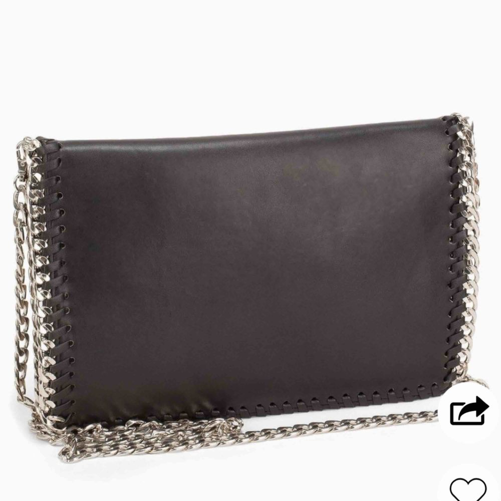 Säljer denna ursnygga och praktiska svarta väskan, passar till alla tillfällen och liknar den klassiska Stella McCartney väskan💗. Väskor.
