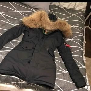 Väldigt varm vinterjacka med äkta päls  Alpha industries prislappar kvar!        Jackan har hängt mot ett varmt element därav har en lapp inuti smält, synes dock inte alls jackan är i fint skick!