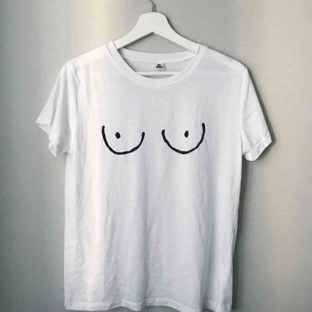Frakkostnaden är inkluderad i priset 💌   Helt oanvänd!. T-shirts.