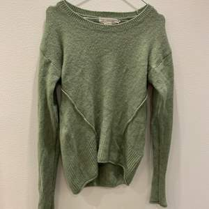 En grön stickad tröja från Kappahl i storleken Xs.