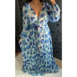 Säljer denna helt oanvända & jätte fina klänningen från ginatricot. Tyvärr för stor för mig men går ändå att se på ett ungefär hur den sitter på (på bilderna). ❤️ Originalpris: 699kr  Storlek 38!