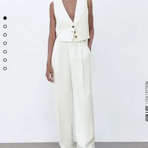 De super populära byxorna i linne-blandat material från zara i en benvit färg, högmidjade med fickor fram och bak. Slutsålda överallt vad jag vet, köpta för 400kr, tar emot bud från 300kr.💘💘💘