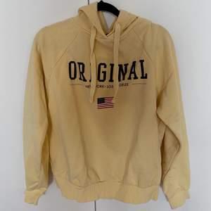Säljer denna gula hoodien från H&m, 80kr plus frakt💛