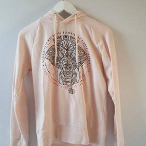 Säljer denna hoodie med tryck från Even&Odd i storlek S. Använd en del men fortfarande i fint skick!
