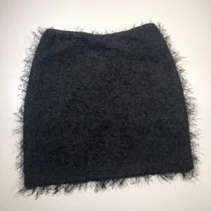Härlig kort och tight kjol med lite glitter på, superfin! Köparen står för frakt 📩 3 för 100kr på min profil ✨