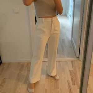 Säljer ett par helt nya kostymbyxor ifrån AFJ X nakd i storlek 36. Nypris 499:- köpta förra året och har tyvärr blivit för stora på mig. Endast testade. Färg: naturvit. Spårbar frakt 66kr