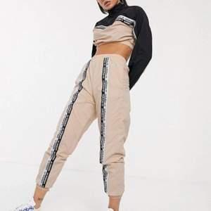 Assnyggt det från adidas originals. Överdelen är använd 2 gånger och byxorna är nya! Båda är i storlek xs!ä men passar även s.