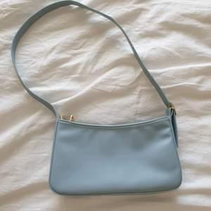 Baguetteväska i ljusblå färg. Använd fåtal gånger. Supertjusig, köpt på Yesstyle för 300 kr.
