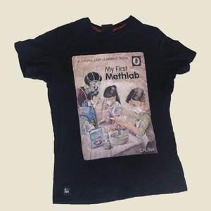 Häftig t-shirt med tryck. Mörkblå. 4/5 skick. Litet hål vid lappen i nacken, lätt att sy.