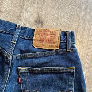 Levis jeans avklippta till shorts. Superfin mörkblå tvätt. Storlek 28 i midjan. Väldigt bra skick. För små för mig tyvärr. Fraktavgift tillkommer. Skicka privat meddelande om du har några frågor💕 Bud om intresset är stort.