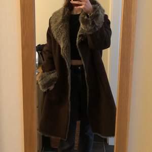 En brun kappa som jag har köpt på asos marketplace. Den har foder i sig så den passar bättre i lite kyligt väder. Storlek large men passar mig som har small. Använd av mig bara 1 gång. Säljer eftersom jag sällan har på mig kappor