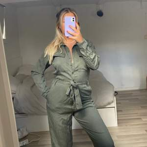 Militärgrön jumpsuit💚🌲 passar M!