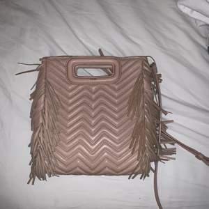 Säljer min maje väska köpt på nk kvitto och dustbag finns!!😊😘 lägg bud får 600kr