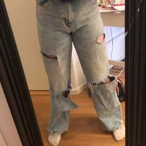 Ett par sjukt snygga ljusblåa jeans som är så grymt snygga, säljer då dem är ganska långa för mig😩 dem sitter jättefint o är använd 3-4 ggr