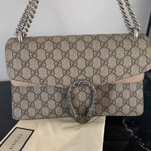 A-kopia Gucci Dionysus väska med silver detaljer.Gucci påse tillkommer. Lite högre pris för den här väskan då det är extremt bra kvalité😍 ( Den köptes för ett högt pris och har endast använts 1-2 gånger)  Bud kan tilläggas om det önskas!
