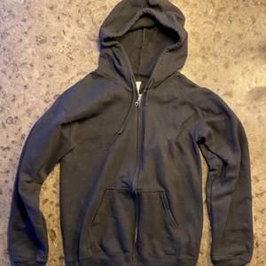 Svart zip up hoodie från gildan.
