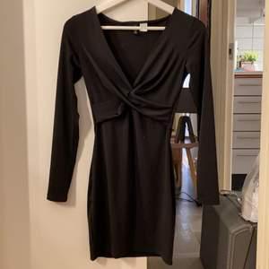 Säljer min underbara klänning pga för liten, använd 1 gång. Strl. 34/XS. Katt finns i hemmet. Frakt betalas av köparen