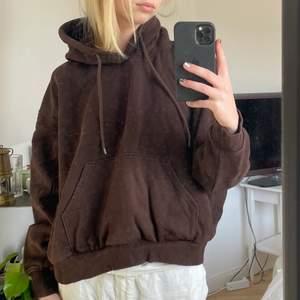 Säljer denna superfina bruna hoodien från Weekday då den inte kommer till så mycket användning! Den är i storlek S och är lite kortare än vanligt på mig som är 175, vilket är skitsnyggt! Priset är exklusive frakt😊