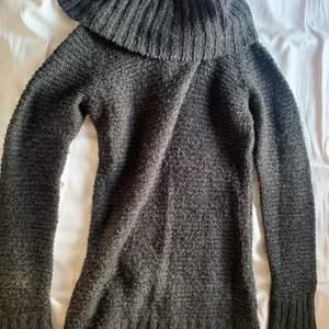 Mörk grå stickat tröja från Gina tricot. Mjuk och skön. Har turtleneck modell och är i storlek XS men passar S. Använd skick
