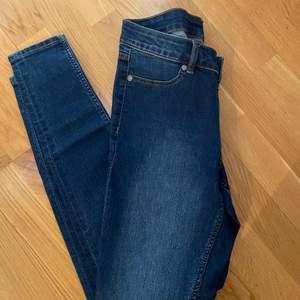 Snygga tajta jeans. Passer mig med strl S.