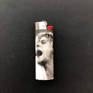 Handgjord tändare med motiv av Nirvana medlemmen Kurt Cobain! Gjord av en bic tändare, vaxat papper och brandsäkert lim och tejp