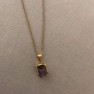 Vackert halsband köpt i London för 600kr. Handgjort. I fint skick, bara spännet som börjat tappa färgen (ej samma material som resterande halsband, kedja och berlock är i fint skick!)