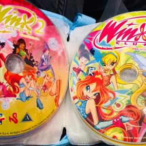 Få med alla filmer och spel! Massvis med filmer och spel! Kan postas eller mötas upp! Frakt 66kr. Bland annat Winx, Barbie, Bratz, Disney & My little pony filmer! Häst spel, spyro, disney spel!