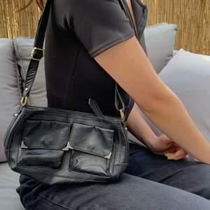 Gullig mini väska som är rymlig och snygg att styla outfits med ! Kan mötas upp eller frakta ❤️