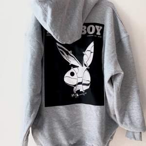 Super fin oversize playboy hoodie i storlek 34, hoodien är helt oandvänd och är i nyskick. Säljer pågrund av den tyvärr inte kom till lika stor användning som jag trodde,  ordinarie pris ligger på 380kr, hör av dig vid eventuella frågor!☺️