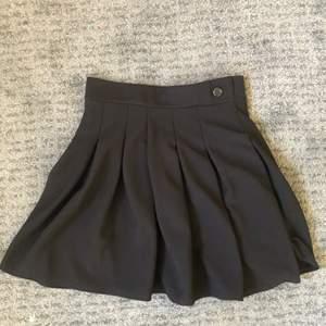 Väldigt fin kjol som passar till det mesta. Rätt kort i modellen och liten i storleken (står 38 men är mer som 36 enligt mig). Har några små lagningar men inget som syns (bild 3).