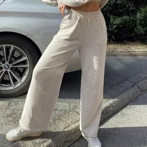 Säljer dessa snygga byxor från NA-KD endast på grund av fel storlek. Storlek S. Minimalt använda. Nypris 349kr köparen står för frakt.  ( bild 1 och 3 är lånade från NA-KD)