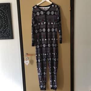 Julig pyjamas jumpsuit! Mjuk i tyget och otroligt bekväm🌸 Jag är 163 cm och jag tycker att en är lite för lång för mig🌸🌸