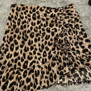 En fin kjol i leopard mönster!🤎 storlek s. Kolen har en justerbar del som du knyter med en rosett 🎀