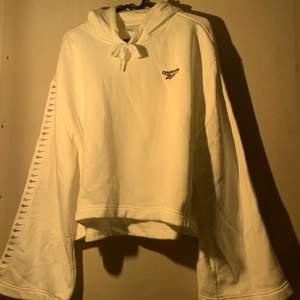 Croppad hoodie från Reebok använd fåtal gånger. Utsvängda fina ärmar. FRI FRAKT!! Nypris- 599kr