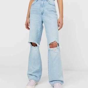 Helt nya jeans från stradivarius, har endast testat 1 gång. Säljer pågrund av att den inte sitter som jag vill. Skulle säga att jeansen passar 32 och 34. Köpte från stradivarius för 359kr + 66kr frak.