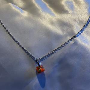 Ett fint halsband med en fruktdrink med  🍓 i!😊