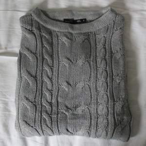 (Finns även i rosa!) Grå stickad tröja från Lager 157. Mysig i höst! Väldigt fint skick. Har samma mönster på fram- och baksida. Är i storlek S men passar nog S-L beroende på önskad passform. Kontakta mig vid frågor! Kolla in mina andra annonser🤍