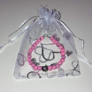 Ett jättefint handgjort armband med rosa-marmorerade pärlor & en rosa/svart lampwork ros i mitten💕. 25kr/st & är ca 17cm långt. Köparen står för frakten! Samfraktar även gärna vid köp av fler produkter, så kolla gärna in min profil för mer!🥰💕