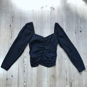 Superfin svart topp från H&M i silkesliknande material. ✨ Toppen har svart glansigt djurmönster. Storlek 40, men passar nog en 38 då den är lite liten i storlek. 116 kr (frakt inkluderat i priset 📦)