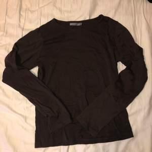 Brun långärmad tröja. Står storlek L men sitter som S. Mer brun i verkligheten