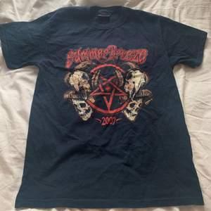 Officiell merchandise Summer Breeze t-shirt! Köpt secondhand men aldrig använd. Står ingen storlek men är väldigt oversize på mig som vanligtvis har strl S ❤️ Köparen står för frakten annars kan jag mötas upp i Göteborg!