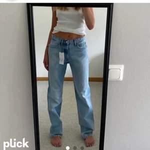 Säljer dessa skitsnygga zara jeans i 36, helt nya men tyvärr lite förstor på mig.buda i kommentarerna eller köp direkt 700 plus frakt❤️ LÅNADE BILDER, kontakta privat för egna bilder💕 frakt spårbart 66kr