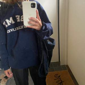 Säljer denna supersnygga fake Stella McCartney väskan!! Väskan är mörkblå och köpt utomlands, den är aldrig använd så den är i nyskick. Den är otroligt rymlig!❤️ BUD PÅ 610!!