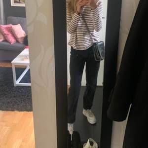 Super snygga svarta jeans från monki💕💕 jag är 160 drygt och dom passar perfekt i längden, skulle säga att dom passar någon mellan längden 158-162💕köpt för 400 säljer för 200 men priset kan diskuteras! Kom privat för mer bilder, (köparen står för frakt)