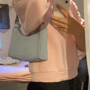Ljusblå jättefin handväska. Säljer den då den inte kommer till användning.