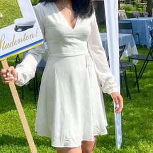 Säljer denna snygga vita klänning. Perfekt till studenten eller sommaren!!😍 Klänningen jag säljer är i stl 38. Bandet runt midjan är lite tjockare än den på bilden, resten är likadant💕 Klänningen är oanvänd då jag fick hem två likadana klänningar och denna inte är använd☺️ Går inte att få tag i längre.